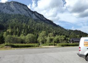 Vom Parkplatz über die Bundesstraße zum Schotterweg